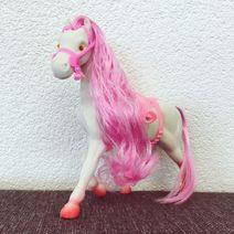 Bílý koník s růžovou hřívou